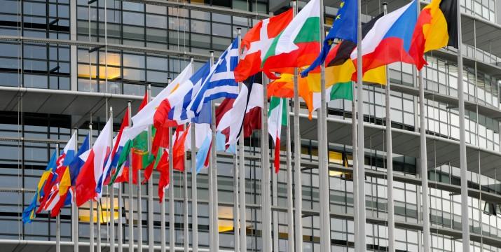 Flagi przed Parlamentem Europejskim