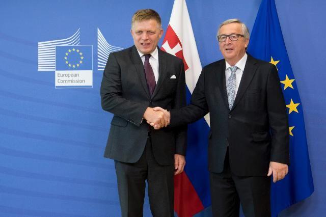 Premier Słowacji Robert Fico i przewodniczący KE Jean-Claude Juncker po spotkaniu w Brukseli