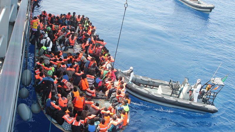 """Okręty unijnej misji morskiej """"Triton"""" podejmują uchodźców ze statku, który wypłynął z Libii. Źródło: Wikipedia"""