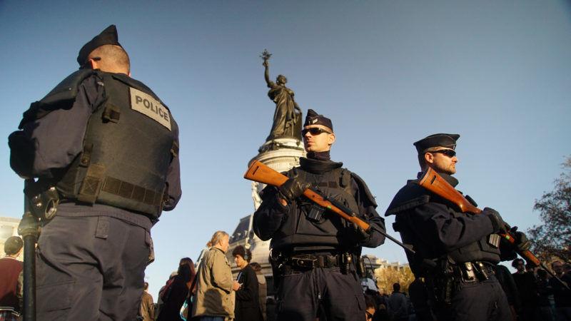 Francuskie specjalne oddziały policji podczas patrolu w Paryżu, źródło Wikipedia