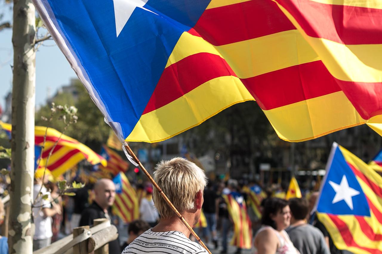 Zwolennik niepodległości z katalońską flagą, źródło Wikipedia