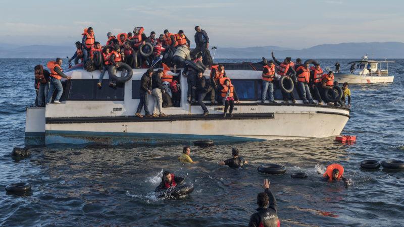 Łódź pełna migrantów u wybrzeży Libii. Jej pasażerowie mieli szczęście, otrzymali kapoki, źródło Wikipedia