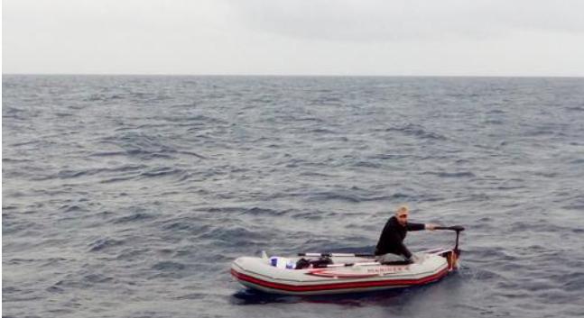 Samotny uchodźca na pontonie na środku Morza Śródziemnego, uratowany przez załogę włoskiego statku, źródło Proactiva Open Arms
